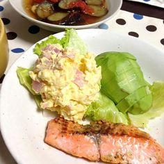 6/1晩ご飯。明日からの旅行に備え、冷蔵庫の中ぜーんぶ使いっ(* >ω<) - 1件のもぐもぐ - 鮭のソテー&ポテトサラダ、茄子とトマトの白だし煮込み by nat0925