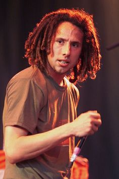 The Rage Against the Machine frontman, Zack de la Rocha, almost never talks to the press, and when he does speak onstage, it's some of the most radical shit you can imagine. Scott Weiland, Rage Against The Machine, Eddie Vedder, Pearl Jam, Kurt Cobain, Nirvana, Music Is Life, Kinds Of Music, Good Music
