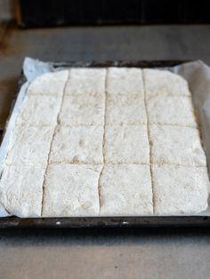 Eltefritt langpannebrød med rug - Kvardagsmat Butcher Block Cutting Board, Nom Nom, Baking, Rugs, Recipes, Farmhouse Rugs, Patisserie, Rezepte, Food Recipes