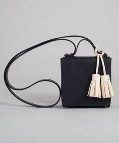 Bolso MECANO Nº3 en vaquetilla ecológica combinando dos colores: negro y color natural.