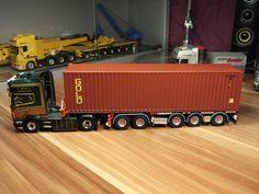 D-TEC BV Combitrailer. Beladen mit einem 40ft Container GOLD.