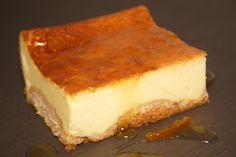 En realidad, esta exquisita tarta de queso lleva un extra de aroma y sabor a naranja puesto que la autora de la receta la recubre con mermelada de esa fruta.