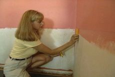 How to Put up Wainscoting and Chair Rail