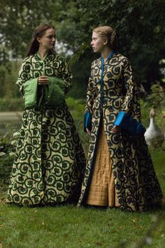 Anne and Mary Boleyn - Natalie Portman and Scarlett Johansson in The Other Boleyn Girl, set between 1520 and 1536 (2008).