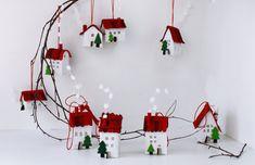 . Miniature à la main de feutre maisons. Décoration originale et unique. Miniature de dix cottages belles en blanc avec toit rouge et un arbre. Chacun a une petite ficelle pour accrocher. Fait de feutre, traité pour obtenir une rigidité. La gamme de mesures de (13 cm) 5 et 2 «mesures