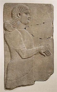 Serviteur royal Troisième quart du VIIIe siècle avant J.-C. Nimrud, palais de Teglat-phalasar III  | Site officiel du musée du Louvre