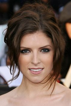 Anna Kendrick Brunette Classic Updo For Mother Of The Bride Divas, Pitch Perfect, Celebrity Hairstyles, Hairstyles With Bangs, Long Hairstyle, Wedding Hairstyle, Mother Of The Bride Updos, Anna Kendrick Hair, Anna Hendricks