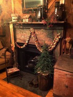 I want my living room to look like this! Primitive Christmas Decorating, Prim Christmas, Christmas Mantels, Country Christmas, Simple Christmas, Christmas Decorations, Christmas Fireplace, Fake Fireplace, Cozy Fireplace