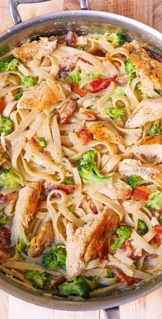Broccoli Chicken Bacon Alfredo Pasta in 2020 Pasta Alfredo Con Pollo, Chicken Bacon Alfredo, Chicken Broccoli Pasta, Fettucine Alfredo, Chicken Fettuccine, Creamy Chicken, Bacon Pasta Recipes, Chicken Recipes, Broccoli Main Dish Recipes