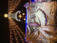 Eisskulptur vor dem Weihnachtsbaum der Dresdner Winterlichter.