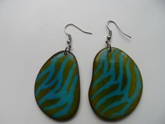 Tagua oorbellen met een mooi design! Handgemaakt in Colombia door alleenstaande moeders. #sieraden #fashion #tagua #colombia