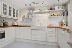 Light kitchen - fehér konyhaszekrény fa munkaasztal