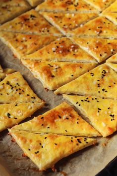 Cheese & beer crackers - recipe in Romanian Cooking Bread, Cooking Recipes, Good Food, Yummy Food, Tasty, Appetizer Recipes, Dessert Recipes, Romanian Food, Snacks Für Party