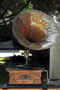 Gramophone Music Machine, Purple Rooms, Vintage Sideboard, Music Sing, Incredible Gifts, Vintage Records, Record Players, Phonograph, Vintage Bottles