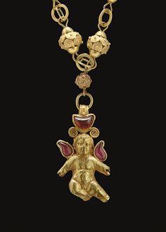 A GREEK GOLD AND GARNET PENDANT - HELLENISTIC PERIOD, CIRCA 1ST CENTURY B.C.