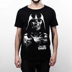 """Camiseta Plugging Death Vader, 100% Algodão, malha fio 30 penteado, na cor pretacom tecnologia anti-pilling eestampa silk toque zero. Primeira peça da coleção <a href=""""https://www.facebook.com/SeuDarth/?fref=ts"""" target=""""_blank"""">Seu Darth</a>. O design da estampa é inspiradano personagem mais marcante de Star Wars, Darth Vader."""