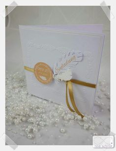 Handgefertigte Einladung zur Hochzeit mit Federn aus Papier und Federprägung und Satinband. In jeder Wunschfarbe individuell gestaltet erhältlich. Creative, Place Cards, Place Card Holders, Paper, Invites Wedding, Feathers, Host Gifts, Card Wedding, Little Gifts