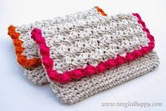 Crochet an Anthropologie-inspired Summer Crochet Clutch. The bright bold border on a neutral base just seems to scream summer and will be your new go-to crochet bag pattern for the season. This is an easy crochet pattern you& want to work up quickl Crochet Hook Case, Crochet Pouch, Crochet Shell Stitch, Crochet Diy, Crochet Purses, Love Crochet, Crochet Gifts, Crochet Hooks, Crochet Bags