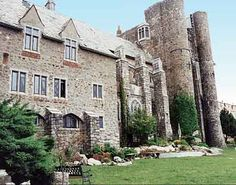 Want to visit a real castle without taking a trip to Europe? Hammond Castle Museum in Gloucester, Massachusetts is the real thing -- a medieval-style Real Castles, Castles To Visit, Famous Castles, Hammond Castle, Boston Wedding Venues, Barefoot Beach, Great Photos, Museum, Explore