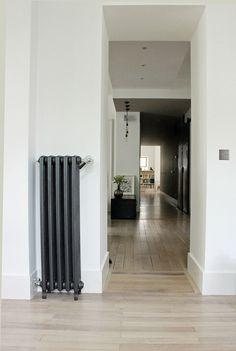 Radiateur peint en noir pour la dose de modernité Home Living Room, Living Spaces, Interior And Exterior, Interior Design, Loft, Eclectic Style, Wall Colors, House Plans, Sweet Home