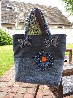 Petit sac cabas en jean recyclé, doublé de coton imprimé.