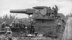 Many artillery guns were originally mounted on battleships but were instead placed on railways behind the front to shell enemy positions. Heavier pieces as the famous German ''Dicke Bertha'', which could fire projectiles weighing up to a ton, were mainly used to bombard fortresses and other heavy fortified positions.