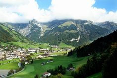 Taman Nasional Swiss (Swiss National Park) Taman Nasional Swiss merupakan Taman Nasional pertama di Swiss yang didirikan pada tahun 1914. Taman ini terletak di Engadin Valley, di Kanton Graubünden, berdekatan dengan Taman Nasional Stelvio di Italia. Tempat ini adalah salah satu tempat wisata di Swiss yang sangat menakjubkan dan merupakan tempat terbaik untuk menikmati pemandangan Pegunungan Alpen. Jika Anda traveler pecinta burung dan fauna, inilah Taman Nasional terbaik untuk dikunjungi.