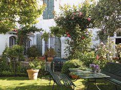 Jardin charmant / Charming garden : http://www.maison-deco.com/reportages/reportages-maisons/Sous-le-charme-d-un-jardin-de-cure