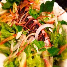 簡単で野菜と鰹のビタミンミネラルを採れるのでガッツリ料理から、ほんの少しの小皿料理にでも素敵に頂けます。 - 86件のもぐもぐ - 鰹の塩たたきサラダ by atsuizm0726