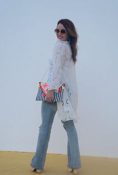 Look boho, colete, white look, jeans, clutch colorida