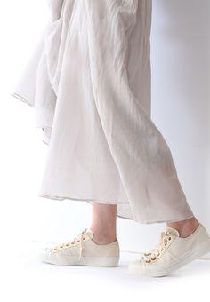 ナチュラルキャンバスとシフォンスカートのスタイリングで夏に向けておすすめな涼しげコーディネートの完成です アクセントのゴールドアイレットで大人フェミニンな印象に 安定のキャンバススニーカーはオールシーズン履けるのでマストな一足ですよ nutsllyナッツリー NAICHY NATURAL EWT-SS2 #nutslly #sneakers #shoes #love #cute #giri #fashion #ナッツリー #スニーカー #シューズ #ナチュラル