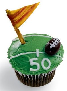 How to make super bowl snack recipes that your football fan will love. These recipes include super bowl dips, appetizers, low fat recipes, snacks, wings… Cute Cupcakes, Themed Cupcakes, Birthday Cupcakes, Party Cupcakes, Golf Cupcakes, Cheesecake Cupcakes, Birthday Treats, Boy Birthday, Football Cupcakes