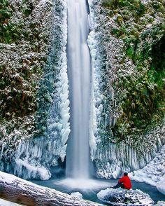 Que isso ! !! Depois de fazer um trekking irado encontrar uma #cachoeira dessas é  demais! O @atom_photobomb desbravou o Columbia River Gorge e olha  que ele encontrou . . O Columbia River Gorge é um canyon do rio Columbia  no Pacífico Noroeste do Estados Unidos. De Até 1.200 m de profundidade o canyon se estende por mais de 130 km como os ventos do rio para o oeste através da escala da cascata  formando a fronteira entre o Estado de Washington para o norte e Oregon ao sul. . Via…