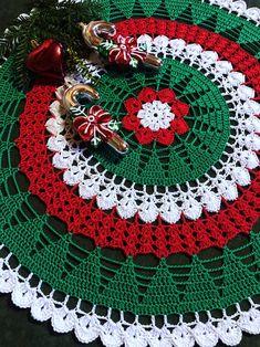 Crochet Tablecloth Pattern, Crochet Doily Patterns, Crochet Designs, Christmas Placemats, Christmas Table Cloth, Crochet Dollies, Crochet Flowers, Christmas Wreaths, Christmas Crafts