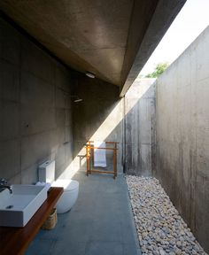 Steal This Look: For a rugged, open-air concrete bath that connects indoors to outdoor living space, we've sourced the elements to recreate the look: Open Bathroom, Concrete Bathroom, Bathroom Interior, Concrete Walls, Exposed Concrete, Poured Concrete, Design Bathroom, Bathroom Trends, Bathroom Ideas