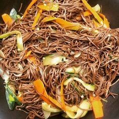 Soba noodles sautées aux légumes Pour 4 personnes 300g de Soba noodles (nouilles japonaises au blé noir) 1 belle courgette 2 carottes 1 oignon 1 gousse d'ail 1 morceau de gingembre Sauce soja… Noodle Recipes, Veggie Recipes, Asian Recipes, Healthy Recipes, Ethnic Recipes, Korean Food, Chinese Food, Soba Recipe, Healthy Cooking