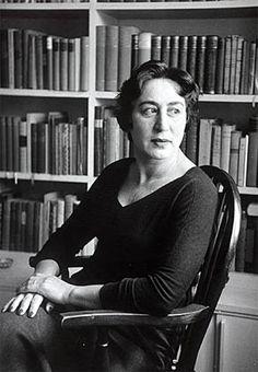 Hilde Spiel, österreichische Schriftstellerin, aufgenommen im Jahr 1955. Fotografie: ÖNB / Niggemeyer