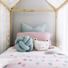 Faire un coussin noeud DIY en un rien de temps c'est possible ! Il suffit d'utiliser le bon produit ! Et le coussin noué est une douce décoration style scandinave pour la chambre d'enfant dans un lit cabane DIY ou même dans le salon pour être confortablement installé sur le canapé #litcabane #nursery #kidsroom #chambreenfant #coussinnoeud #DIYscandinave #diy #homedecor #interior #knot # #knotcushion