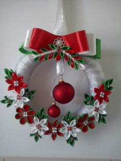 New crochet christmas wreath diy projects Ideas Crochet Christmas Wreath, Quilling Christmas, Felt Christmas, Holiday Wreaths, Christmas Ornaments, Christmas Candle, Christmas Christmas, Wreath Crafts, Ribbon Crafts
