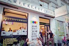 Венское кафе Der Wiener Deewan – настоящая находка для бюджетных туристов. Здесь можно не только вкусно перекусить, но и отдохнуть в уютной обстановке, воспользовавшись бесплатным WI-FI. Посетителей очень радует необычная концепция заведения: можно съесть, сколько хочешь (в кафе действует меню «шведский стол»), при этом заплатить столько, сколько посчитаешь нужным! Здесь гостям предложат блюда ближневосточной, пакистанской и вегетарианской кухни, насыщенные специями и ароматными приправами.