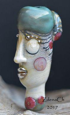 Žena+v+kloboučku+vinuté+perle