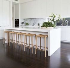 45+ Nice Modern White Kitchen Design Ideas #whitekitchens #kitchendesign #kitchendesignideas