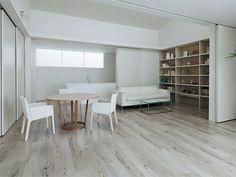 ライト色の床フローリング+白い色のドア。床材の木目にこだわると個性的な空間作りができる。