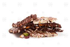 BARK MIXTO Crujiente bark en chocolate claro, blanco y oscuro. Cada uno con una combinación diferente de frutas, frutos secos, toffee, caramelo, pretzel, etc. Es delicioso!