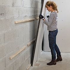 Installation of graphite polystyrene insulating plates - Lyda Dyshart Basement Shelving, Basement Stairs, Do It Yourself Decoration, Basement Furniture, Basement Inspiration, Wall Accessories, Home Reno, Basement Remodeling, Garage Doors
