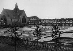 Schimmelplein 1957 | Links de kerk van O.L.Vrouw van Goeden Raad op de hoek met de Bosboom Toussaintstraat
