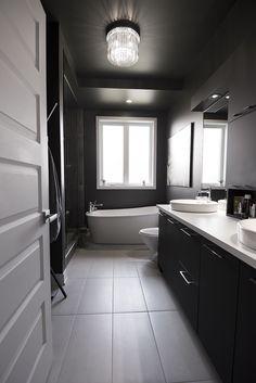 🌟 💖 🌟 💖 Chiaroscuro, a bathroom, a dare by its sharp contrasts. Bathroom Inspo, Bathroom Interior, Interior Design Living Room, Luxury Interior, Interior And Exterior, Christian Hetzel, Reno, Master Bath, Sweet Home