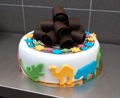 Dětský dortík obalený fondánem, dozdobený fondánovými zvířátky, hvězdičkami a čokoládovými hoblinkami. Birthday Cake, Food, Birthday Cakes, Essen, Yemek, Cake Birthday, Birthday Sheet Cakes, Meals