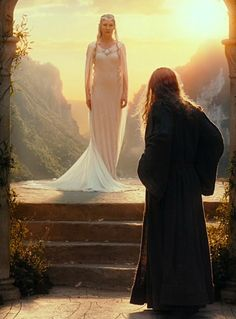 This is one of my favourite of Galadriel's dresses. *The moment when she turns and creates the turn in the dress O.o*
