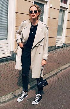 Zwarte horsebit loafers gecombineerd met een basic outfit